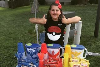 """Pokémon Go, scopre che la sua casa è un Pokéstop: a 10 anni apre un """"negozio"""" in giardino"""