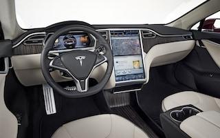 Degli hacker sono riusciti a violare e aprire una Tesla parcheggiata avvicinandosi con un drone