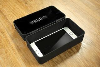 """Questa scatola """"sequestra"""" lo smartphone per combattere la dipendenza"""