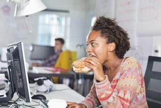 Ecco perché mangiare davanti alla tastiera del computer fa male alla salute