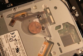 Il mistero delle monetine ritrovate all'interno dei MacBook