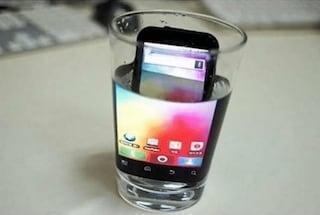 """""""Immergi l'iPhone per ingrandire lo schermo"""": gli utenti ci credono e distruggono lo smartphone"""