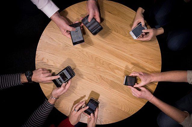 Utenti di smartphone (Getty).