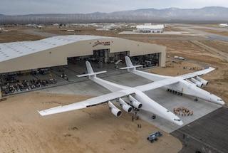 Il co-fondatore di Microsoft Paul Allen ha costruito l'aereo più grande del mondo: lancerà razzi nello spazio