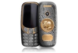 Il Nokia 3310 d'oro che commemora l'incontro tra Trump e Putin