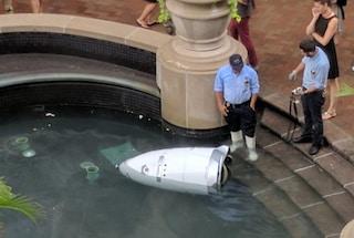 """Un robot poliziotto è """"annegato"""" in una fontana: scoppia l'ironia sul web"""