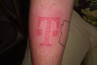 Vuole un iPhone 8 e si tatua il logo di un operatore per averlo gratis