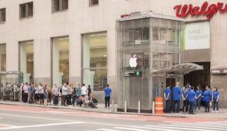 Travestono un ascensore da Apple Store: decine di persone si mettono in fila