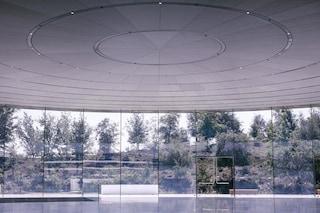 Il nuovo Campus di Apple è in vetro e i dipendenti continuano a sbatterci contro