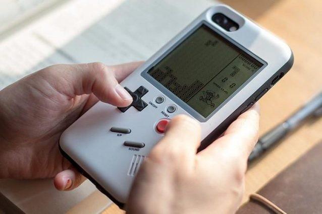 Questa custodia trasforma il tuo iPhone in un Game Boy