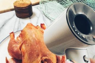 Usa un asciugacapelli da 400 dollari per cuocere un pollo: il post diventa virale