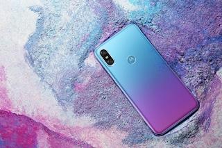 Il nuovo Motorola P30 è uguale all'iPhone X (e ha i colori di Huawei)