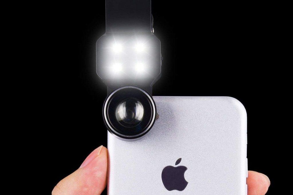 b2f47d3802 Il grandangolare e zoom è il regalo perfetto per gli appassionati di foto!  Questo particolare kit di lenti per iPhone e Android include anche una luce  led ...