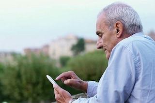 Anche gli over 55 sono inseparabili dallo smartphone: 9 su 10 usano WhatsApp