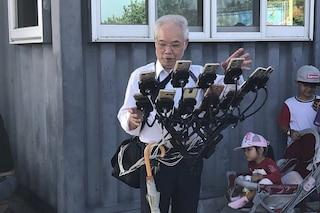 Questo giocatore professionista di Pokémon Go è un nonno e usa 11 cellulari contemporaneamente