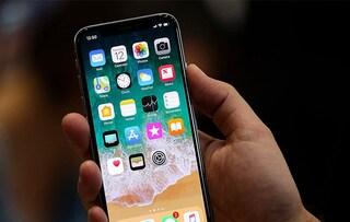Apple: calano le vendite degli iPhone, ma ora la mela punta sui servizi (che crescono)