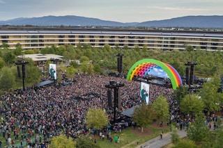 Apple, Lady Gaga ha suonato al campus (invaso da arcobaleni disegnati da Jony Ive)