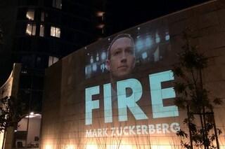 """""""Licenziate Zuckerberg"""", l'appello agli investitori di Facebook proiettato sul loro albergo"""