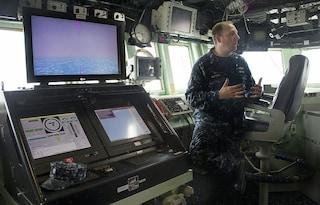 La marina USA sostituirà gli schermi touch con controlli meccanici: causano incidenti