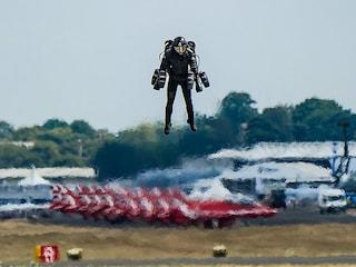 L'uomo nella tuta da Iron Man ha consegnato una lettera volando