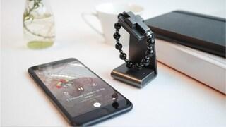 Questo rosario si collega allo smartphone e si attiva con il segno della croce