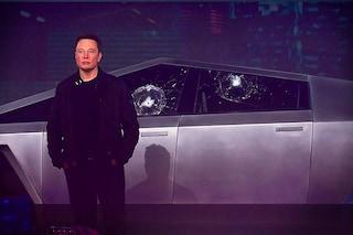 Tesla svela il pickup indistruttibile Cybertruck, ma i vetri si rompono durante il lancio