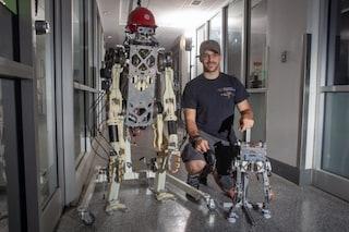 Questo robot sfrutta l'equilibrio del suo pilota per rimanere in piedi