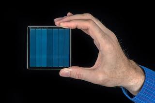 Su questa tessera di vetro saranno memorizzati film e dati che vivranno per secoli