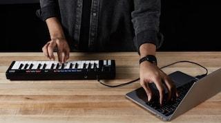 Questa tastiera intelligente compone da sola l'accompagnamento per chi la usa