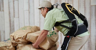 Questi esoscheletri aiutano gli anziani in Giappone a fare lavori di fatica