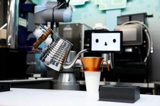 Una catena di ristoranti giapponese ha assunto un robot barista: serve birre e cocktail
