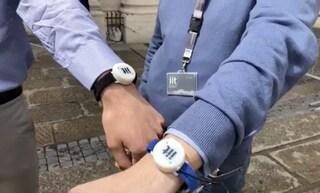 Ecco il braccialetto che vibra se ti avvicini troppo a una persona