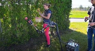 Questo braccio robot raccoglie frutta e tinteggia al posto tuo