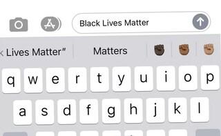 """L'iPhone ora suggerisce l'emoji del pugno nero a chi scrive """"Black Lives Matter"""""""