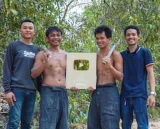 Gli youtuber che costruiscono strutture primitive nella giungla hanno ricevuto il pulsante d'oro