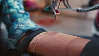 Questo braccio robotico può tatuarti a distanza pilotato dal tatuatore