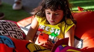 Multe per i genitori dei bambini che usano troppo lo smartphone: la proposta di legge