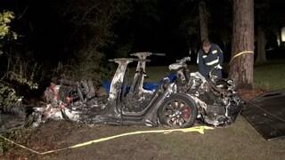 Tesla si schianta contro un albero, ma al volante non c'è nessuno: morte due persone