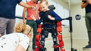 Questo esoscheletro aiuta a camminare i bambini paralizzati