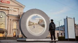 Questi due videoportali giganti collegano due città europee e sembrano usciti da Stargate