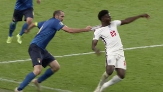 Chiellini che afferra Saka per la maglia: perché la scena di Euro 2020 è diventata un meme