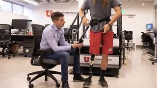 """Questo esoscheletro aiuta chi ha una protesi a camminare """"Come se pesasse 12 chili in meno"""""""