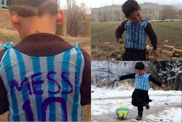 Murtaza in campo con una maglia di Messi fatta con una busta di plastica.
