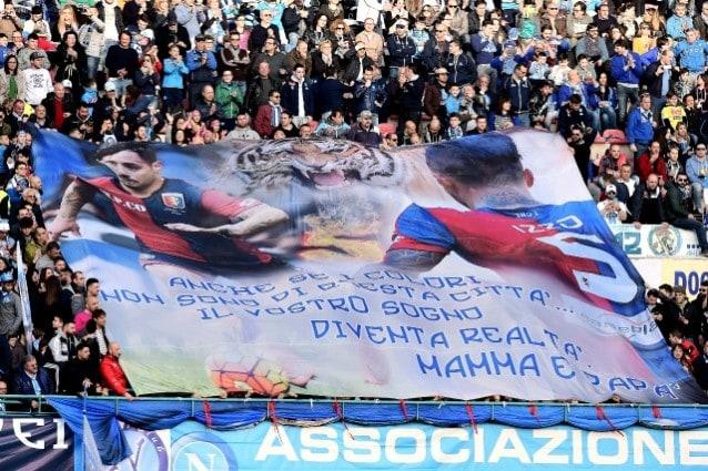 Lo striscione dei tifosi del Napoli dedicato ad Armando Izzo del Genoa