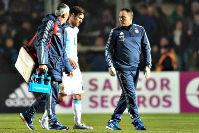 Messi infortunato, torna nello spogliatoio