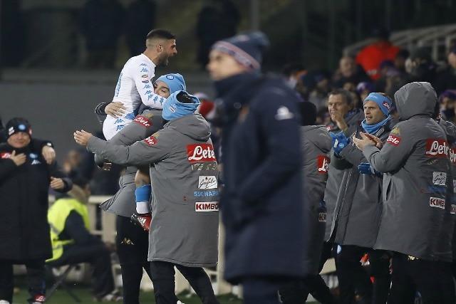 Lorenzo Insigne festeggia un gol capolavoro in un Fiorentina–Napoli 3–3.