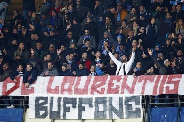 Lo striscione di contestazione a De Laurentiis dei tifosi del Napoli