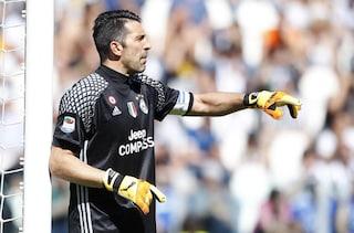 Buffon celebra il 10° scudetto, compresi quelli di Calciopoli