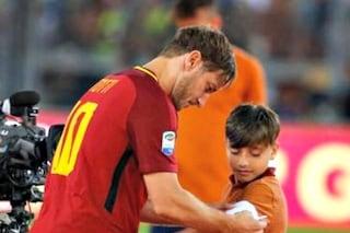 Il bel gesto di Totti, consegna la fascia di capitano a Matteo Almaviva