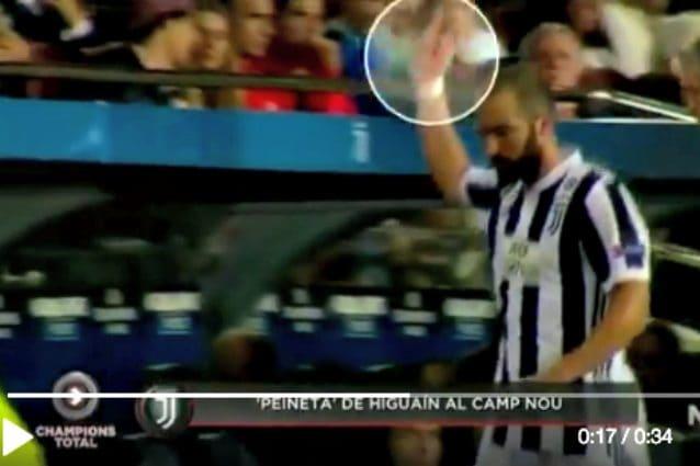 Il gestaccio di Higuain ai tifosi del Barcellona